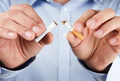 l'homme brise la cigarette en deux et arrête de fumer